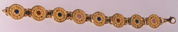 Bracciale in oro 750/°°° con smalti policromi a fuoco e raffigurate delle fibule tonde longobarde del sec. VI