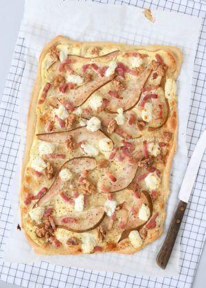 Als onderdeel van het diner of voor bij de borrel: flammkuchen met peer en geitenkaas. Een klassieke smaakcombinatie als topping op een witte pizza.
