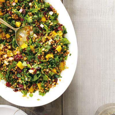Salade de grains de blé, chou frisé et canneberges - Châtelaine