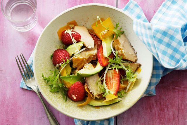 Essayez cette salade colorée et savoureuse. La vinaigrette Lime piquante à l'italienne KRAFT rehausse avec brio le goût de l'avocat et des fraises.