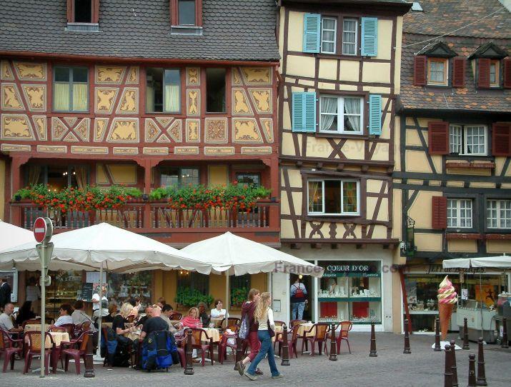 Colmar marcos de madera y casas con tiendas y cafeter a for Casas con balcon y terraza