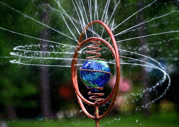 Este aspersor de cobre hecho a mano por Steve Hopkins, es una verdadera obra de arte para el jardín. #jardindecobre