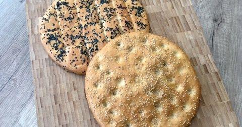 Naan zijn platte gistbroden in de oven gebakken. Ze komen vooral in de Aziatische keuken voor. Deze Roghani naan is een Afghaanse soort ...