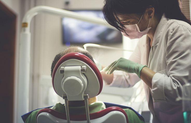 Se em até três dias após a extração dentária você ainda sentir dor, febre, inchaço na face e dificuldade em abrir a boca, fique atento: uma infecção está se manifestando em seu organismo e a situação pode se agravar. De acordo com a cirurgiã buco-maxilo-facial Adriane Maia (CRORJ 26723), uma extração mal feita pode causar infecções. As consequências são fraturas na mandíbula e no maxilar, perda óssea excessiva e hemorragias. Em casos mais sérios, a retirada de um dente feita de forma errada…