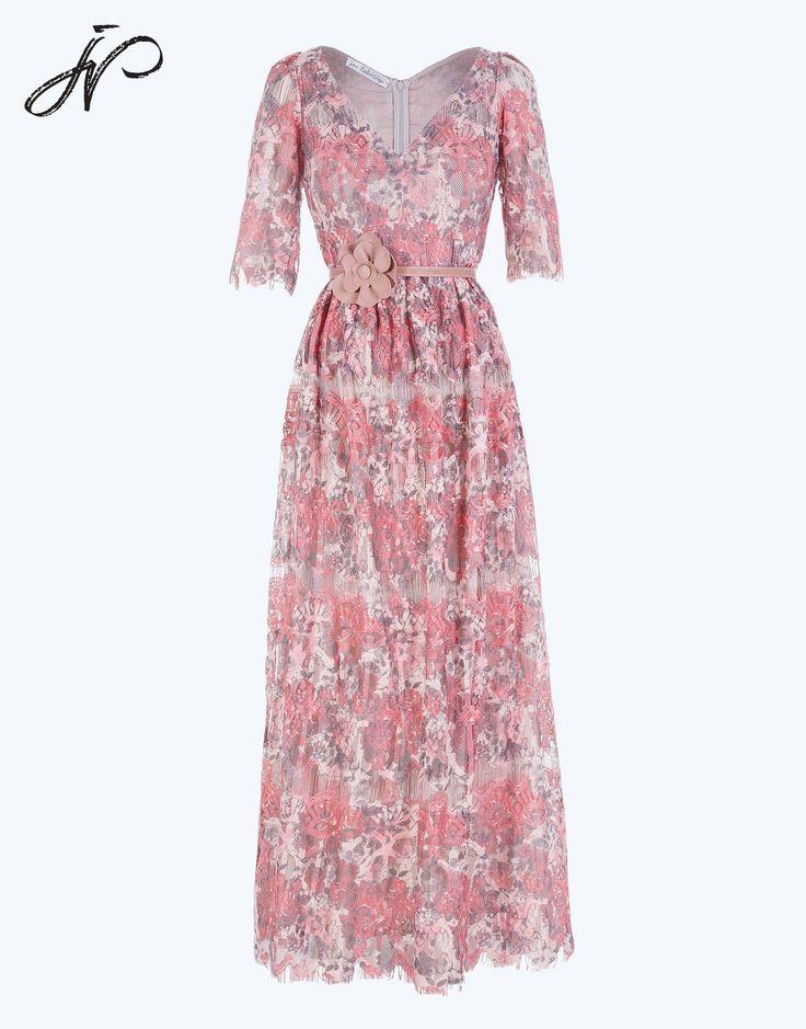 Платье  в винтажном стиле, полуприлегающего силуэта , отрезное по талии, длинное. Ткань - ажурное  кружевное полотно, на подкладке из  тонкого хлопка телесного цвета. Вырез горловины полочки  и спинки  V-образной формы. Застежка в среднем шве  спинки на потайную молнию. Платье дополняет подкройный  пояс  со съёмным бантом  из отделочной ткани.