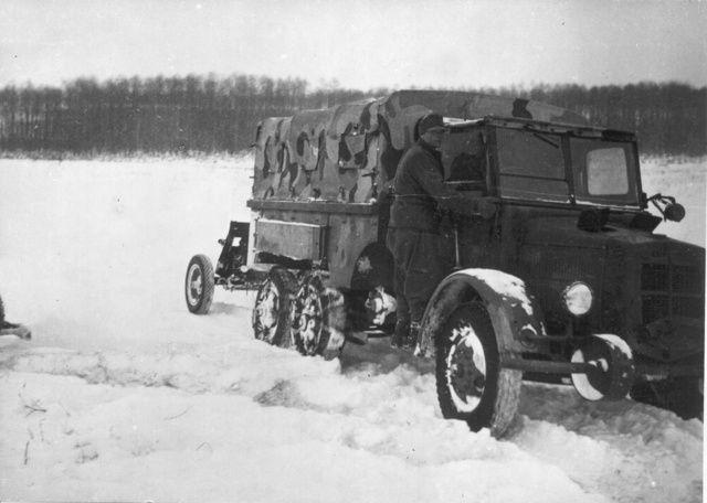 Botond, Hólánccal szerelt, páncéltörőt vontató kocsi (Fotó: Collection Burányi)