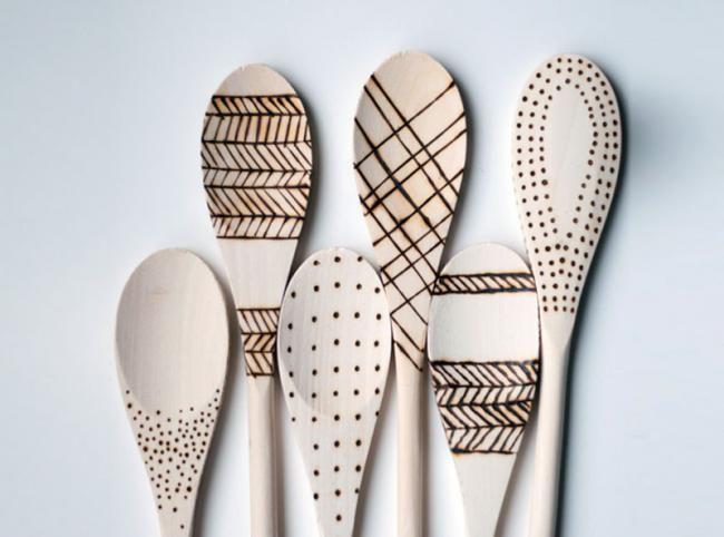 Hazlo tú mismo: unas cucharas de madera grabadas con distintos estampados