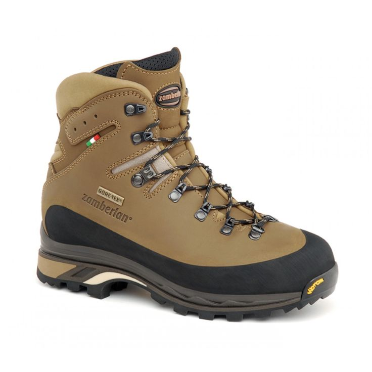 960 GUIDE GTX RR WNS - Designed to support on uneven tracks and day backpacking. Nabuk leather upper. Asymmetrical rubber protection around the boot. Moisture and breathability control thanks to GORE-TEX® lining. Stable, protective and robust. Zamberlan® Vibram® Star Trek outsole. #zamberlan #guide #discoverthedifference #backpacking