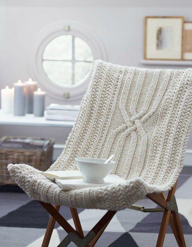 Transformez votre siège de jardin en fauteuil cocooning pour l'hiver. Une idée de DIY tricot qu'on adore.