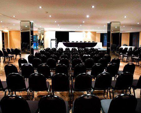 Sala 2 Hotel Aljarama. Todo preparado para la primera ponencia del día.