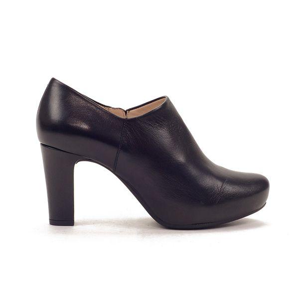 Zapato abotinado muy elegante con plataforma interior. Zapato de tacón muy estable que se ajusta perfectamente con cremallera.