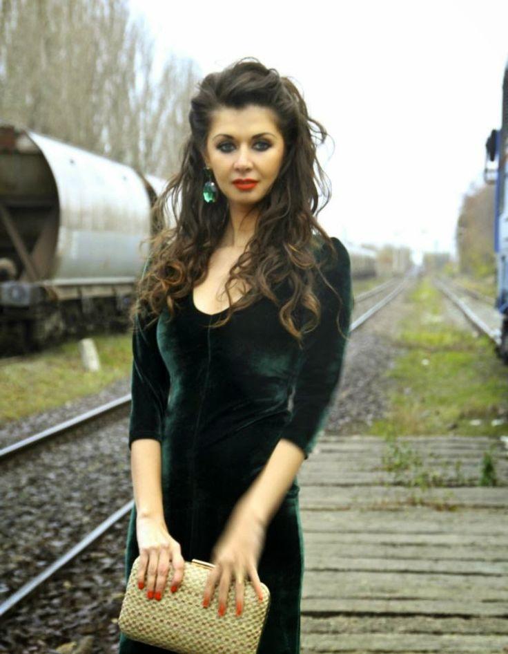 VintageLook: Rochia mea din catifea verde smarald  Miss Grey - http://vintagelooksimona.blogspot.ro/2014/12/rochia-mea-din-catifea-verde-smarald.html