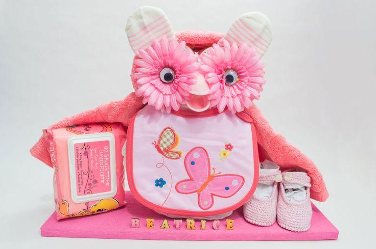 Gufo di pannolini rosa con scarpine e salviette