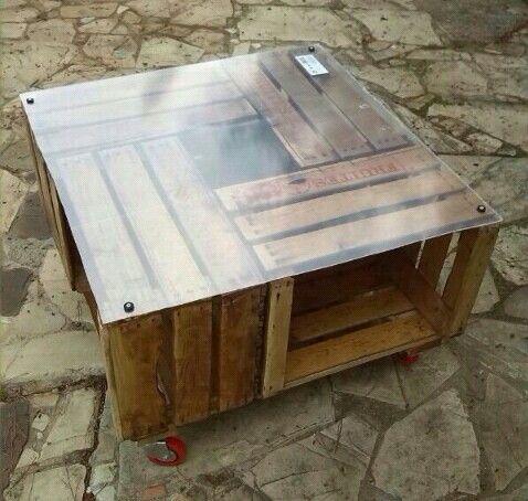 Mesa cuadrada, hecha con cajas de fruta antiguas, base de metacrilato y ruedas