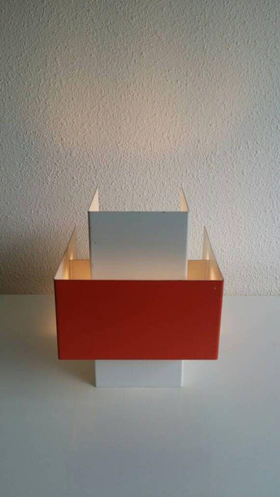 60s Dutch Design minimalistische PHILIPS metaal Wall Light (schans) Jaar: 60s Materiaal-kleuren: metal - mat wit & Oranje. Conditie: zeer goede vintage staat met enkele leeftijd gerelateerde merken (zoals een paar slijtage en krassen, een paar kleine roestvlekken). Vraag voor meer fotos. Afmetingen: appr. H: 20 cm (appr. 7,87 inch), b: 15,7 cm (appr. 6,18 inch), D: 20 cm (appr. 7,87 inch). E27 originele keramische socket/montage. Geen lamp inbegrepen. Alle lampjes zijn gecontroleer...