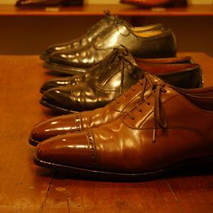 革靴を履く機会はビジネスや結婚式、就活など様々ですが、革靴と言っても種類がたくさんあり、シーンによってどんな靴を選べばいいのか迷うかと思います。そんな場合に役立てるため、革靴の種類やシーン別の選び方をご紹介します。