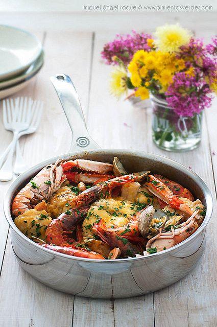 Una buena comida para disfrutar con la #familia o #amigos. ¡Os deseamos un lindo sábado! #rape a la #marinera en la #saute de #acero #lecreuset