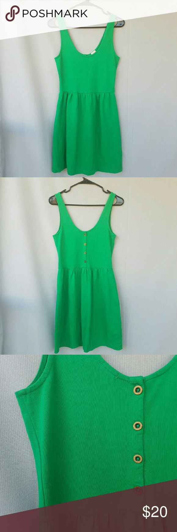 J CREW Kelly Green Dress Striking green, with adorable buttons along the back. Excellent condition. Feel free to ask me any questions. Happy shopping! J. Crew Dresses Midi