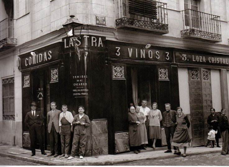 Casa de Comidas Lastra, en la Calle Olivar, 1921. Santos Yubero   Esta casa de comidas aún existe felizmente en el mismo lugar de Lavapiés.