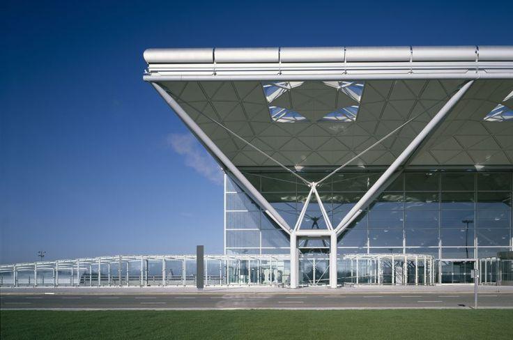 Columnas de acero (2) El aeropuerto de Stansted, Essex, 1981, de Foster Associates, un ejemplo de la arquitectura 'high-tech' del estudio británico liderado por Norman Foster. (Foto: Richard  Bryant)