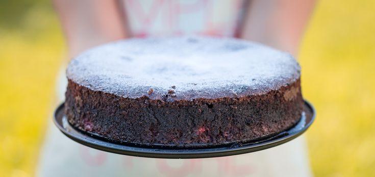 Воздушный шоколадный торт с малиной