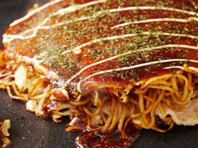 野菜たっぷりの広島風お好み焼きの画像