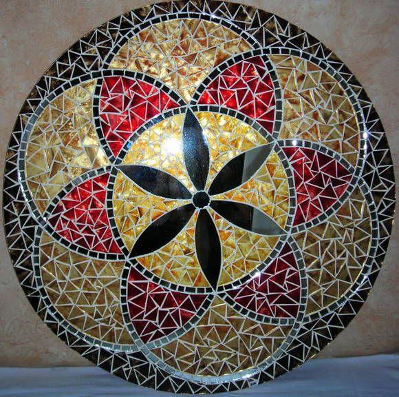 Mandala para Decoração de Paredes <br>Trabalho em Mosaico de Vidro e Espelhos. Base em MDF. Possui furo atrás para fixação. <br>Obs.: Produto para uso em Ambiente Interno. Não expor ao calor e á umidade.