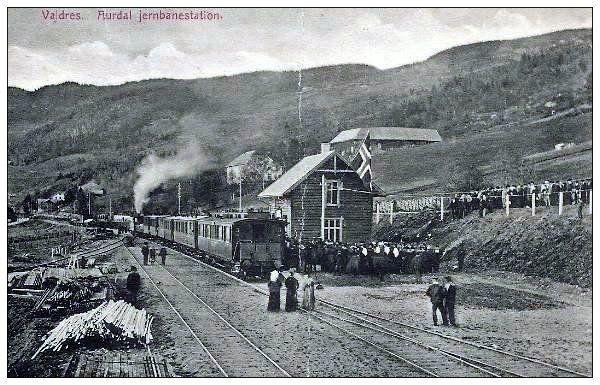 JERN aurdal-jernbanestasjon-ved-valdresbanens-aapning-29-9-1906
