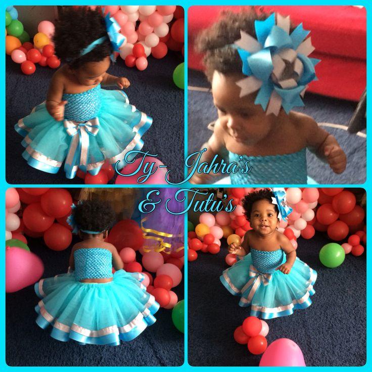 Modepop in een Sunshine Tutu in blauw met blauwe dubbelzijdig satijnlint en glitterzilver satijnlint 😍  Have Fun & Enjoy! @tyjahrastutus 🎀💖✨