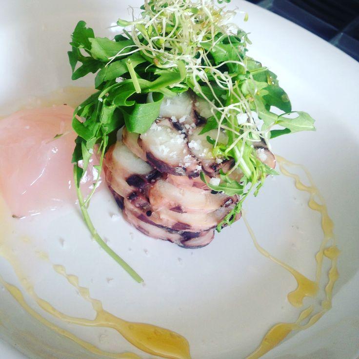 Carpaccio de calamar con jelly de limón albahaca y jamaica acompañado de una vinagreta de vino blanco y miel.  Sagú Catering Cocinando Experiencias.