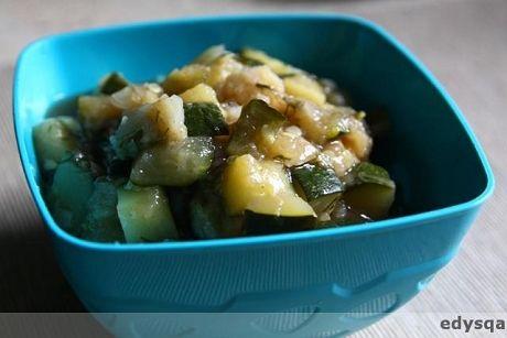 Pyszne #leczo# do jedzenia nie tylko na detoxie :) Składniki: - 2 cebule, - 3 cukinie, - 1 biała papryka, - kawałek kalafiora, - sól, odrobina pieprzu, -