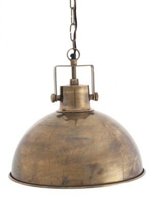 Landelijke hanglamp met beugel. De koperen finish geeft 'm een warme maar ook stoere uitstraling. Prachtig boven een donker houten tafel in de woonkeuken.
