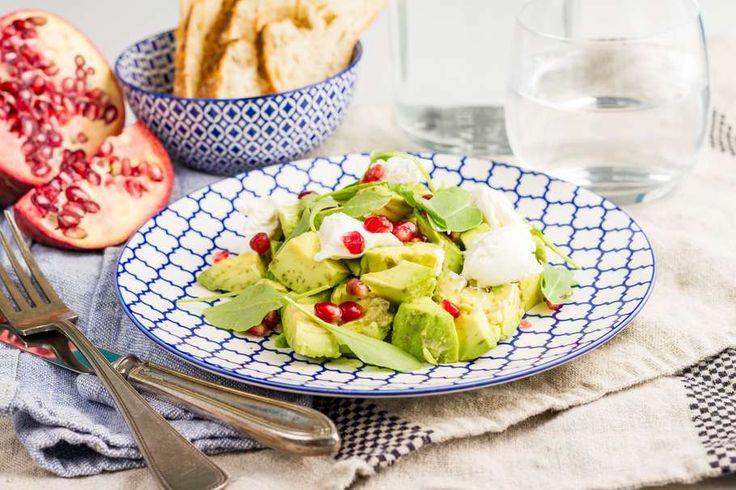 Recept voor salade voor 4 personen. Met zout, olijfolie, peper, avocado, granaatappel, ricotta, rucola en limoen