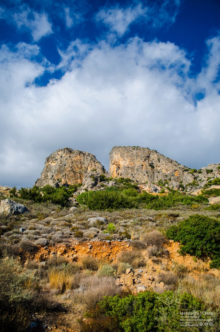 Amazing mountscape on the way to Anatoli.  Εκπληκτικό τοπίο στον δρόμο για την Ανατολή.
