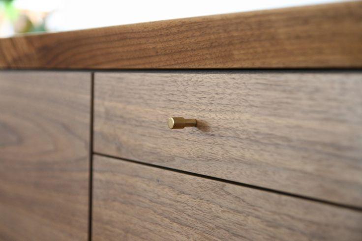 本体:ウォールナット/オーク/チェリー 天然木突板塗装:オイル仕上げ背面化粧シート仕上げつまみ:真鍮磨き仕上げ※本体は、ウォールナット/チェリー/オークの3種類からお選び頂けます。<チェスト&ドア049>