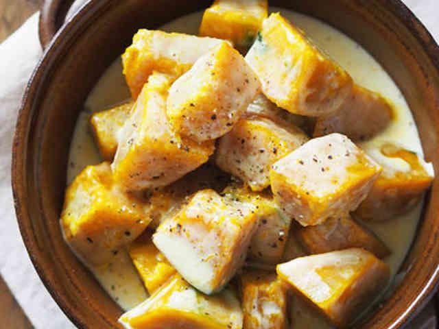 かぼちゃのチーズクリームホットサラダ★ 電子レンジでさっと作れるホットサラダ!スライスチーズで作るとろとろのチーズクリームをアツアツのカボチャにかけて♪最高★    材料 (2人分) かぼちゃ 約1/6個(正味200g) スライスチーズ 2枚 牛乳 大さじ2 マヨネーズ 小さじ1強 塩こしょう 少々 ブラックペッパー お好みで
