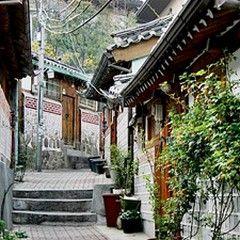 서울에서 유일하게 전통한옥이 밀집되어 있는 북촌마을. 굽이굽이 미로 같은 골목길 사이로 한국 고유의 다양한 문화를 체험할 수 있는 요소가 많다. 한옥과 역사문화자원, 박물관, 공방들이 발길 닿는 곳곳에 자리하고 있다.