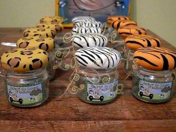 Atelier Lu Artes e Cia - Lindos potinhos para colocar brigadeiro ou confetes! Com tampa revestida em biscuit com estampa pintada à mão. Etiqueta e colherzinha acompanham o vidro. Se desejar com recheio entre em contato conosco! Capacidade do potinho de 40ml. R$ 6,04