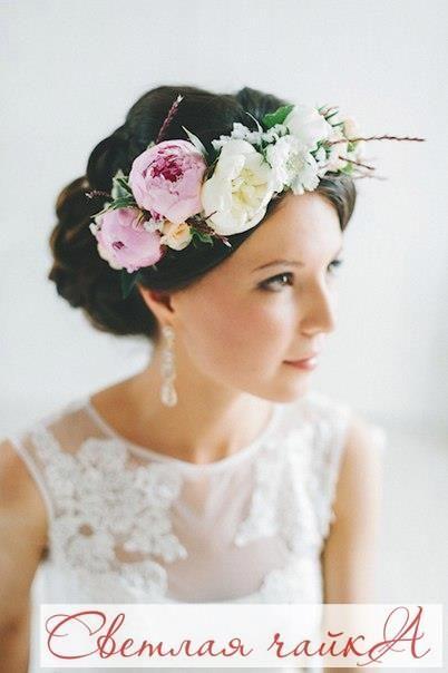 """Цветочные венки становятся все популярнее и популярнее. Это универсальный аксессуар для любой свадьбы!  Свадебные венки прекрасно сочетаются с любым фасоном свадебного платья, делают образ женственным и утонченным и могут быть не только цветочными, но и с ягодами, бусинами, перьями, листьями и другими деталями.  Вдохновляйтесь вместе с нами! Ваша """"Светлая чайка"""".  _________________________________________   Звоните нам! ☎ 8.800.234.80.34 * звонок бесплатный  Наш сайт: WWW.SVE-CHA.RU…"""