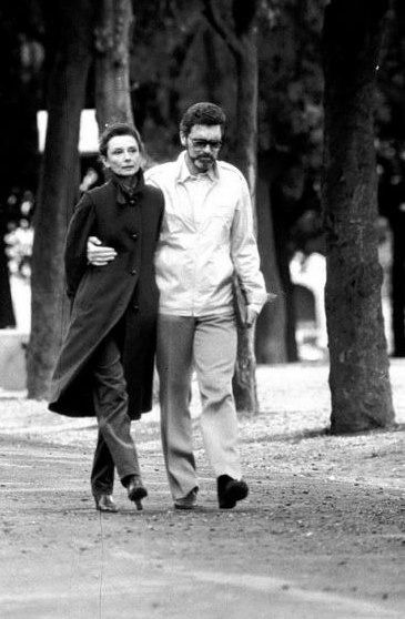 The actress Audrey Hepburn photographed with her partner Robert Wolders in the gardens of Villa Borghese in Rome (Italy), in February 1982.