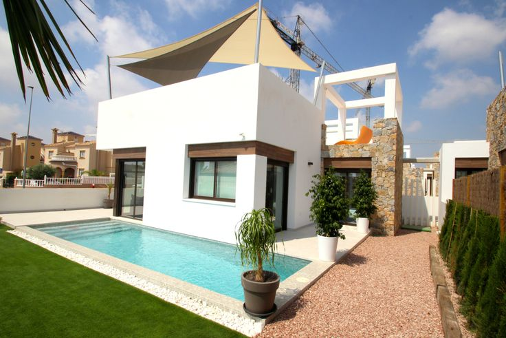 Deze prachtige moderne nieuwbouw villa met mooie tuin is gelegen in Cabo Roig- Orihuela Costa. De villa heeft 3 slaapkamers en 2 badkamers en een prachtig en ruim dakterras in 2 niveau´s. De woning is gelegen op 2 km van de zandstranden van La Zenia en Campoamor. Meer informatie op onze website: http://www.newvillasinspain.com/nl/woningen/orihuela-costa/nieuwbouw-villa-in-cabo-roig-23.html