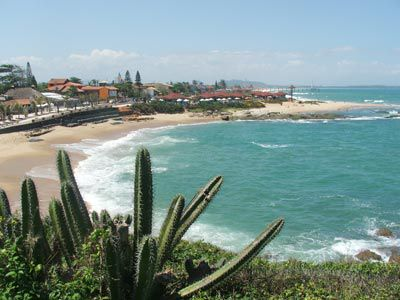 Praia de Costazul - A maior parte das pousadas e as casas de veraneio se concentram na localidade. Boa parte de sua orla foi contemplada com um dos projetos urbanísticos mais modernos da Região dos Lagos.