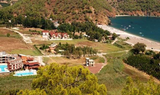 1981 yılında kurulan Adrasan Otel, Adrasan'ın ilk konaklama tesisi olma özelliğini taşır. Otelimiz Antalya'nın en güzel koylarından biri olan Adrasan koyundadır.    Denize sıfır konumda olan Adrasan otel, ana bina ve bungalovlar olmak üzere iki farklı stilde toplaö 30 oda kapasitesiyle hizmet vermektedir. Açık, kapalı ve teras olmak üzere 3 adet restaurant, bar, plaj, dinlenme ve kitap okuma alanları mevcuttur.