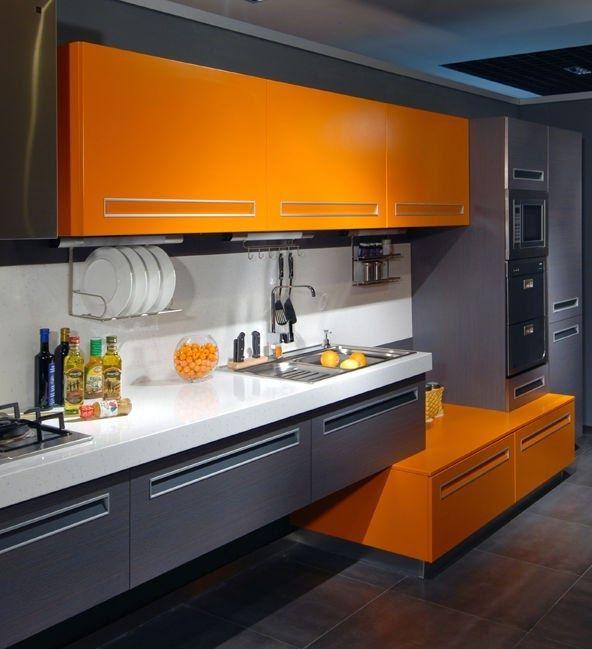 Кухня в серо оранжевых тонах