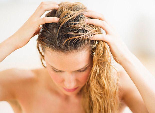 No inverno é mais comum o aparecimento de caspa ou alguma descamação no couro cabeludo. O motivo não é exótico: o próprio banho quente estimula a descamação e o surgimento de fungos, que tend...