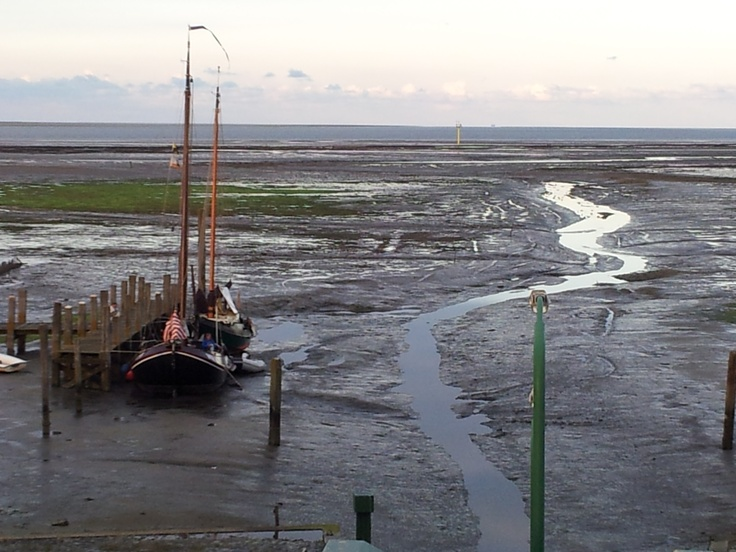 boot in drooggevallen Waddenzee