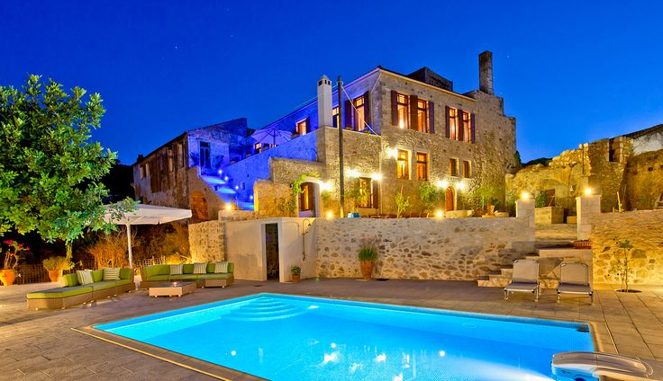 Villa Candice - A magical location! Sheltered by its high walls, the villa, as its garden and its swimming pool, offer a breathtaking view of Psiloritis Mountains and the Aegean Sea. Set in the village of Maroulas, it is just 5 minutes from