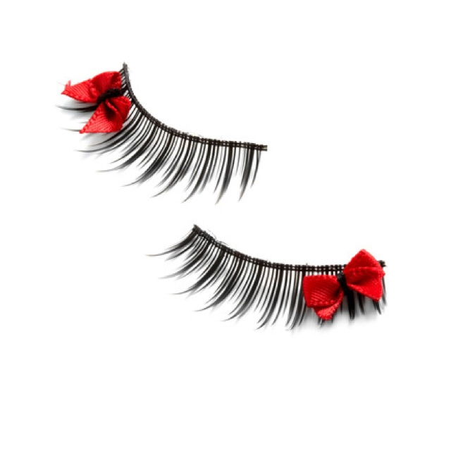 i love fake eyelashes and i love bows