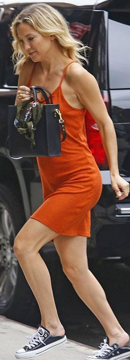 Who made  Kate Hudson's sneakers and black tote handbag?