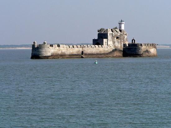 Various tourist attractions in Diu are the Diu Fort, Fortress of Panikota, Nagoa Beach, St. Paul's Church, Jallandhar Shrine, Gangeshwar Temple, Diu Museum,
